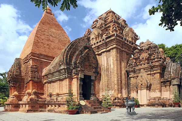 Tháp bà Ponagar điểm du lịch nổi tiếng linh thiêng